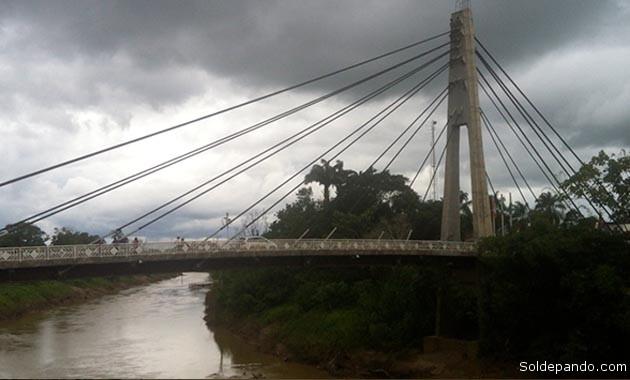 La neblina de la Luna Nueva al medio día del domingo sobre el Puente de la Amistad que une las ciudades de Cobija y Brasiléia en las dos orillas del río Acre.  Foto Wilsson Asturizaga