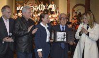 El Dr. Germán Araúz con el galardón, junto a Bolivar Carvalho, el gobernador Rubén Costas, María Sarah Mansilla y Angélica Sosa. | Foto Souza Infantas | Apac