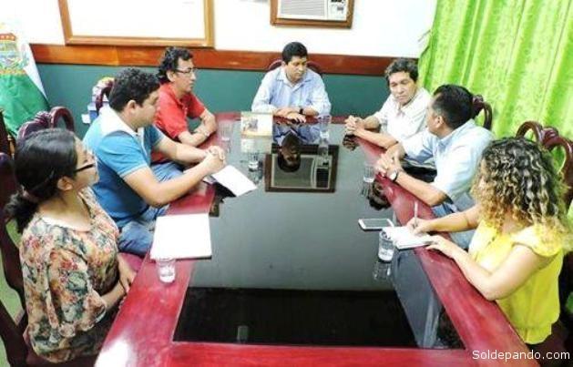 La comisión técnica que dirige el Director Nacional de Límites, Camilo Carvajal, en la reunión decisiva con el gobernadro Luis Flores, en Cobija. | Foto Prensa GADP