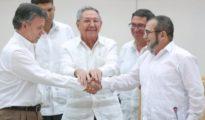 El presidente de Colombia, Juan Manuel Santos, se da la mano con el jefe de las FARC, Rodrigo Londoño 'Timochenko', en presencia del presidente de Cuba, Raúl Castro. | Foto Reuters