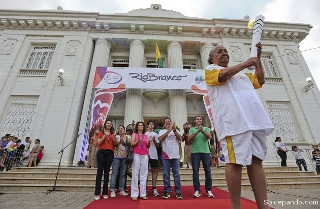 Tião Viana prestigiou as últimas conduções da Tocha Olímpica, que teve o percurso concluído ao passar pelo Palácio Rio Branco e Gameleira |Foto: Gleilson Miranda