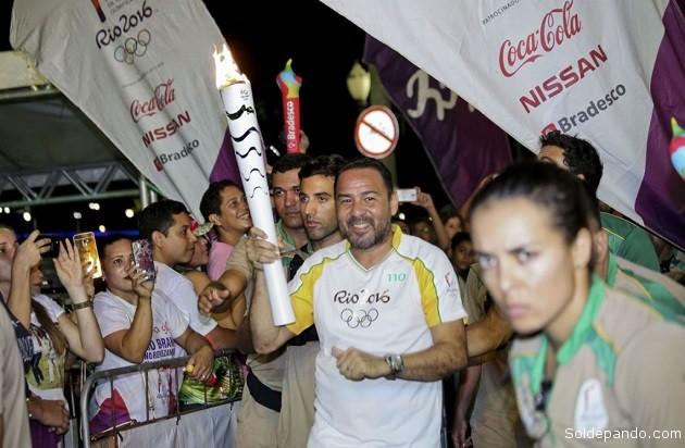 O esportista acreano Artur Oliveira foi o último a conduzir a tocha que efetivou acesa a Chama Olímpica das Olímpiadas Rio 2016 no Acre | Foto: Gleilson Miranda