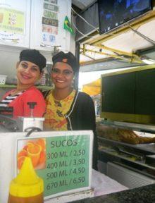 """Dos simpáticas """"mozas"""" en uno de los puestos de """"salgados"""" y """"sucos"""" más concurridos del mercado central de Rio Branco.   Foto Sol de Pando"""