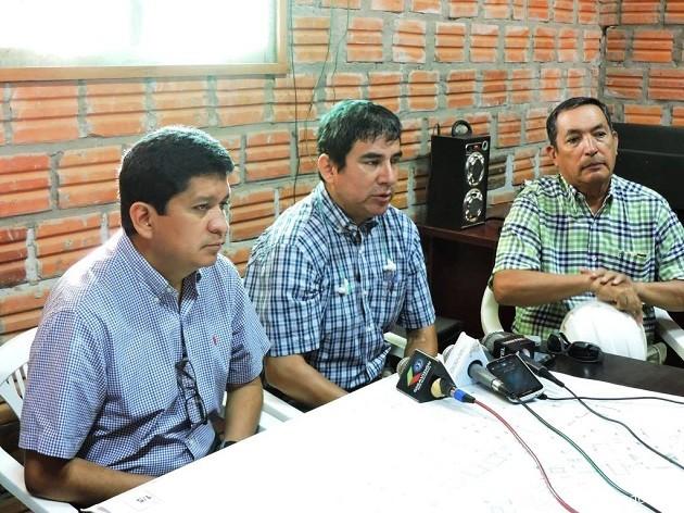 El gobernador Flores junto a ejecutivos de la empresa constructora que ejecuta las obras del Hospital de Tercer Nivel. | Foto Prensa GADP