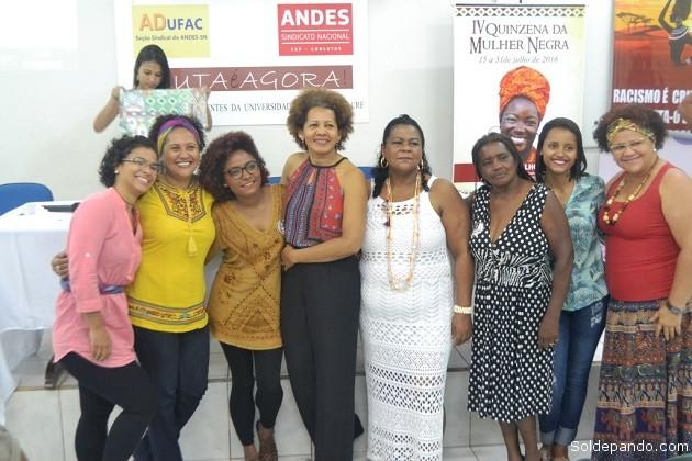 Almerinda Cunha, le legendaria luchadora por los derechos de las mujeres afrodescendientes en el Estado do Acre, rodeada por otras liderezas del movimiento feminista negro brasileño. | Foto Sejdhu