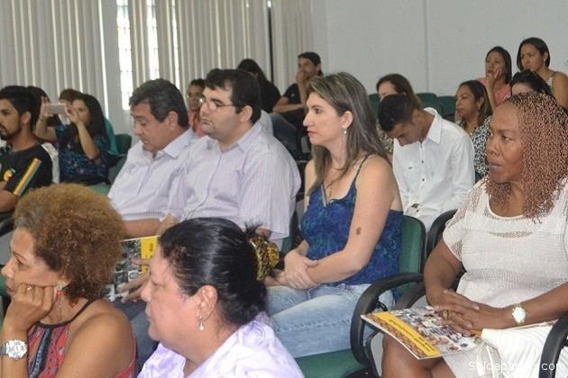Fabio Fabricio, director de la Secretaría Municipal de Assistencia Social (Semcas), junto al público en un conversatorio. | Foto Jeanduly Mendes – Sejudh