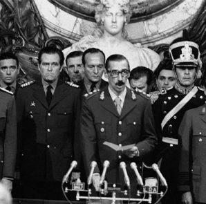 El golpe de estado del 24 de marzo de 1976 en el que Videla derrocó a Isabel Perón e inició una de las más crueles dictaduras suramericanas.  Foto Archivo