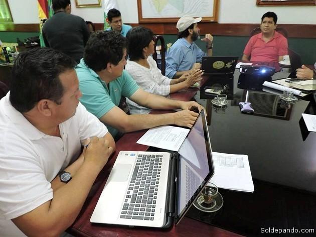 Crsipim Moreira, representante para Bolivia del Fondo de las Naciones Unidas para la Agricultura y la Alimentación (FAO), reunido con el equipo técnico departamental a la cabeza del gobrnador Luis Flores.| Foto Prensa GADP
