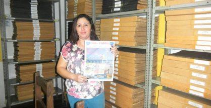 Evelyn Miranda, encargada del Museo, condujo a Sol de Pando por el vasto archivo hemrográfico de los siringueros acreanos.   Foto Sol de Pando
