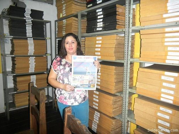 Evelyn Miranda, encargada del Museo, condujo a Sol de Pando por el vasto archivo hemrográfico de los siringueros acreanos. | Foto Sol de Pando