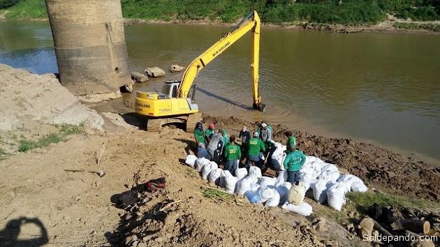 El Departamento Estadual de Pavimentación y Saneamiento (Depasa) instaló cinco bombas de captación en la Segunda Estación de Tratamiento de Agua (ETA II), y se represó parcialmente con sendos sacos de arena el lecho del rio en la ETA I, de menor tamaño. | Foto cortesía Altino Machado