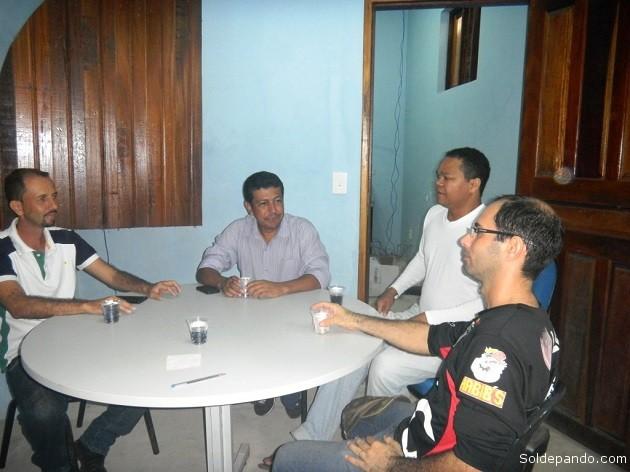 Haroldo Zaine (polera negra), con Heribert Mota y otros funcionarios de la Casa de la Cultura en el municipio de Xapurí.   Foto Sol de Pando