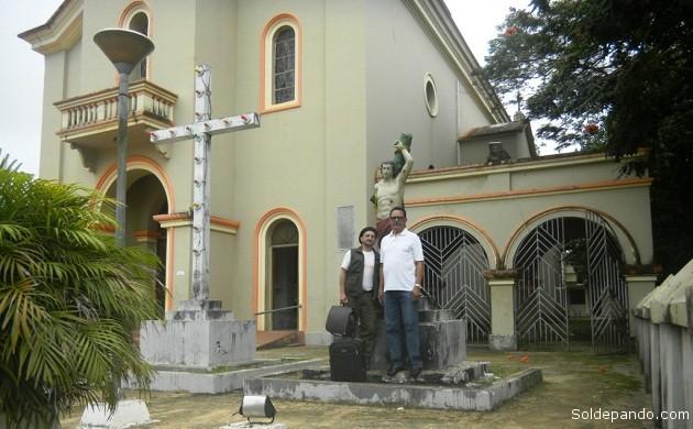 El 17 de mayo junto al padre Francisco das Chagas Monteiro, en la Parroquia de São Sebastião de Xapurí, minutos antes de partir a Rio Branco.   Foto Sol de Pando