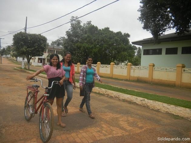 Mozas acreanas paseando por una acera de la Plaza São Sebastião de Xapurí. | Foto Sol de Pando