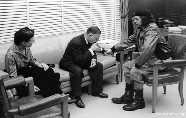 Entonces, el Che activa su encendedor ofreciéndole un fuego que allí, a esa hora de la medianoche, parecía un átomo luminoso chispeando en la atmósfera insomne de la revolución...