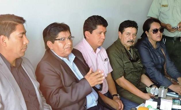 El Gobernador de Pando durante la inspección en la comunidad fronteriza de Extrema (Bolpebra), junto a los viceministros de Seguridad Ciudadana y Régimen Interior. | Foto Prensa GADP