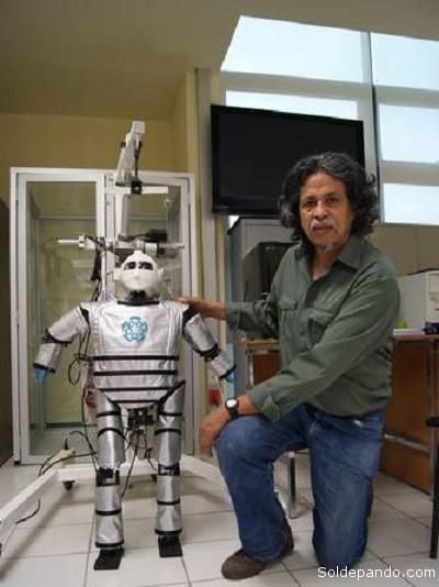 Bayro y el prototipo de su Mex-One, el primer humanoide latinoamericano que lleva seis años de desarrollo y evolución sin precedentes. | Foto Cinestav