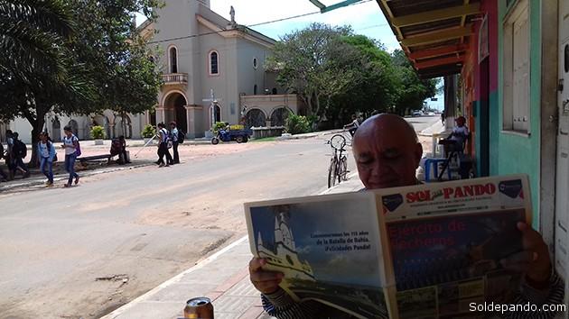 El historiador Juarez Maciel leyendo la última edicipón impresa de Sol de Pando, en Xapurí. | Foto Sol de Pando