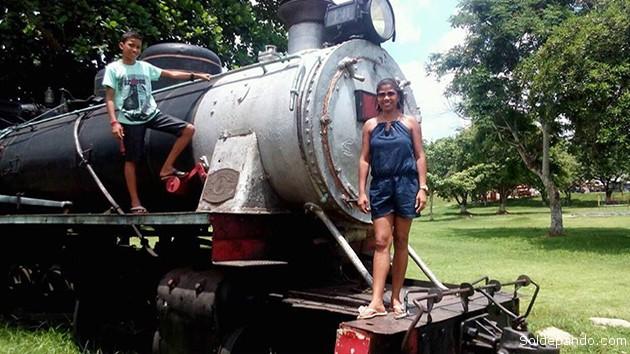 Una de las locomotoras del centenario ferrocarril Madeira-Mamoré, en Porto Velho, exhibida como pieza de museo frecuentemente visitada por estudiantes y educadores. | Foto Sol de Pando