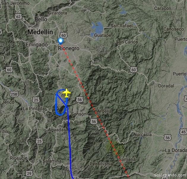 Imagen del radar que registró los giros que daba la nave piloteada por el capitán Quiroga, mientras esperaba en contra-tiempo el aterrizaje no programado de un avión de la aerolínea VivaColombia. | Imagen capturada de pantalla