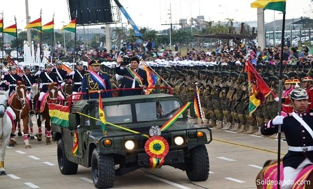 El Ejército de Bolivia no sólo existe desde hacen 192 años. También está oficialmente subordinado a la línea anti-imperialista hegemónica en el régimen del presidente Evo Morales, cuyo Embajador ante la ONU lanzó una insólita declaración negando la existencia de esta fuerza armada en el país. | Foto ABI